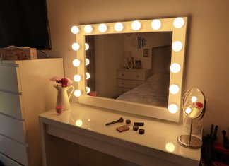 Apšviestas makiažo veidrodis