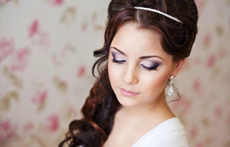 Vestuvių makiažas brunetėms violetiniais atspalviais