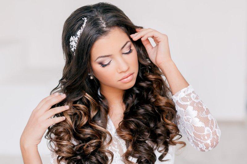 Hairdress met krullen en decoratie