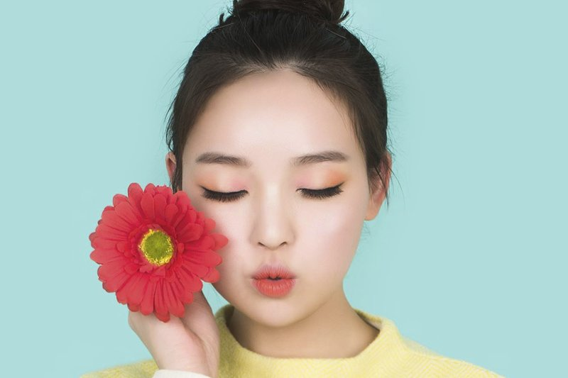 Korėjos moteris su gėle
