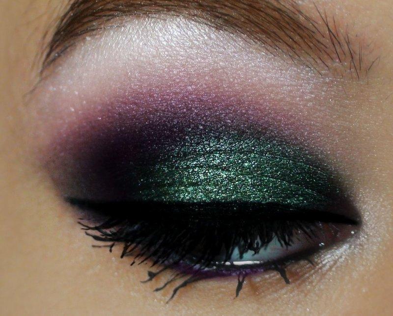 Dūminis makiažas žaliais ir violetiniais tonais