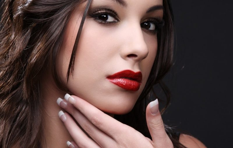 Makiažas su raudonais lūpų dažais brunetėms