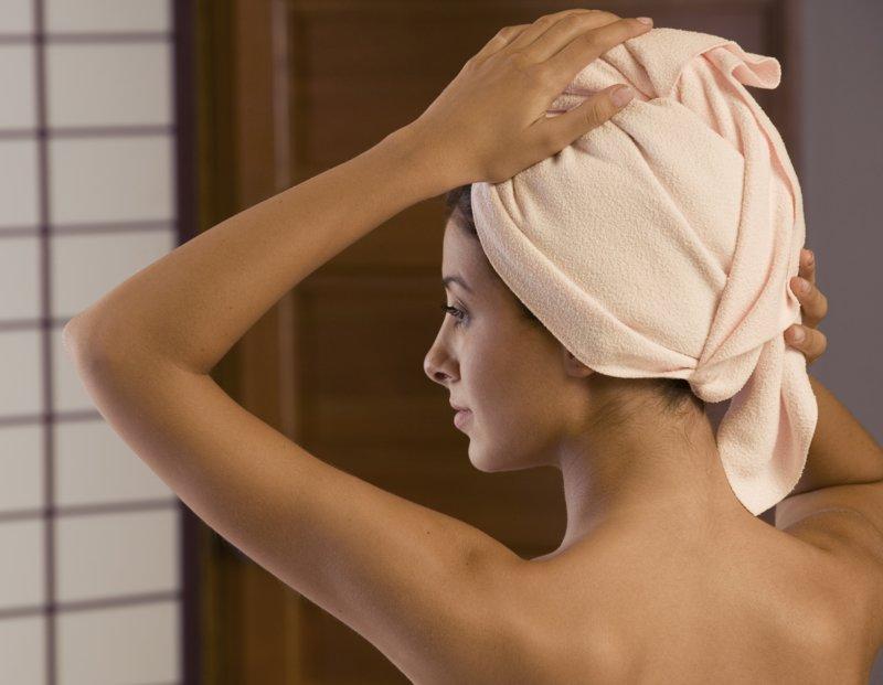 Warm haar met een handdoek