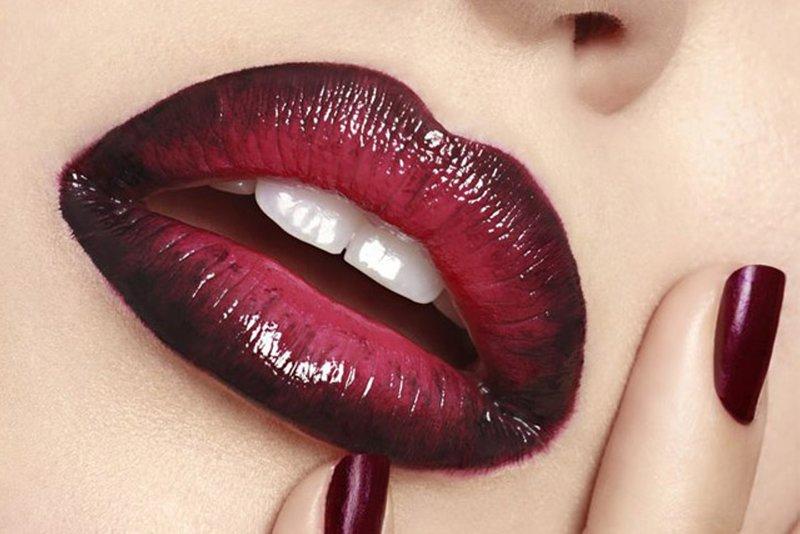 Horizontalus gradientas ant lūpų tamsiai raudonos spalvos.
