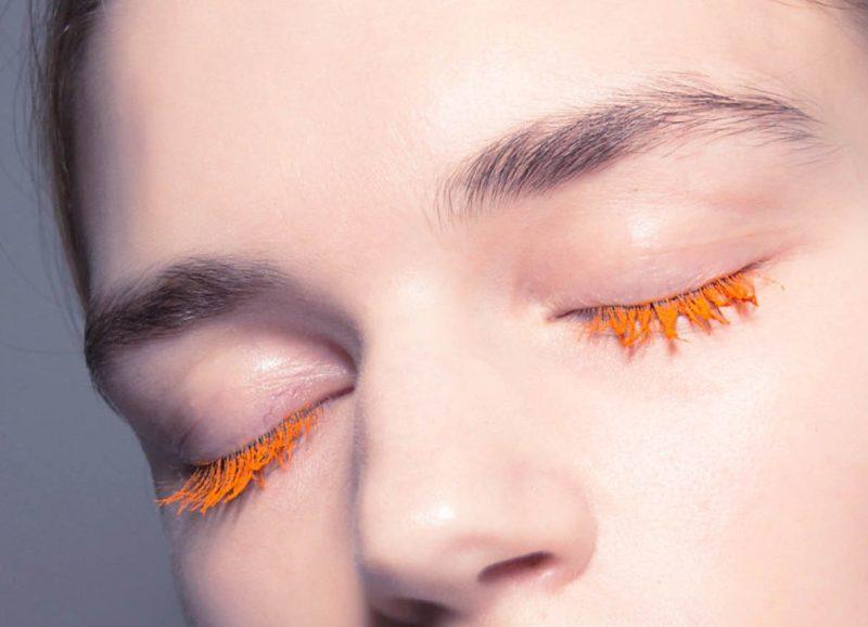 Bespalvis makiažas su apelsinų tušu