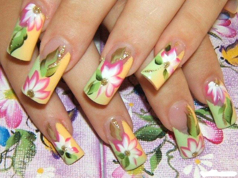 Lichte zomer manicure met bloemen.