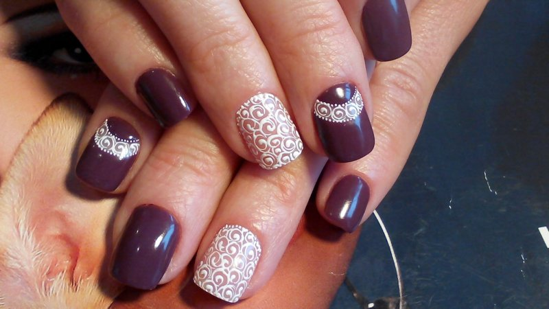 Intense manicure met witte krullen