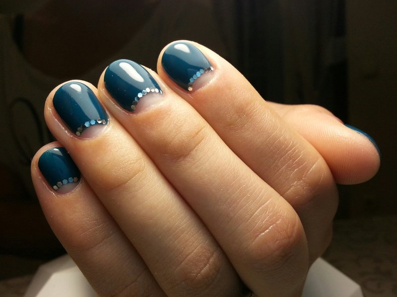 Blauwe manicure met gaten