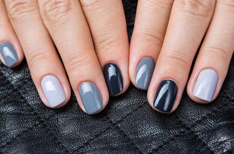 Modieuze manicure in grijstinten voor korte nagels