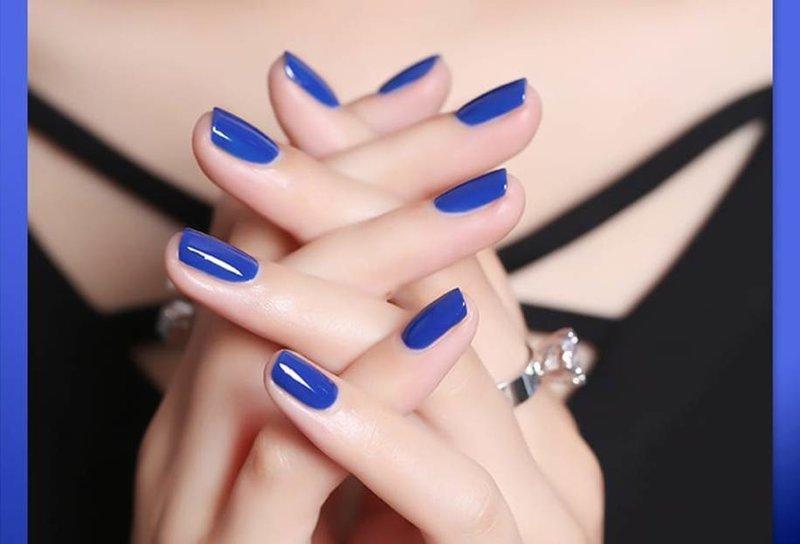 Blauwe manicure op korte nagels