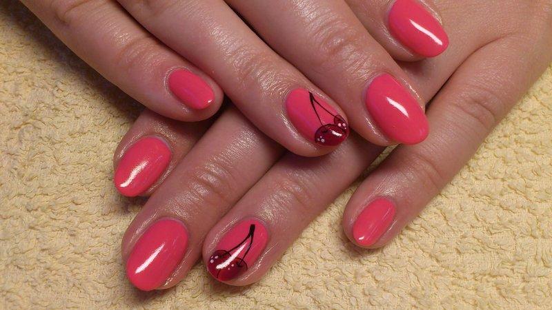 Heldere manicure met kersen