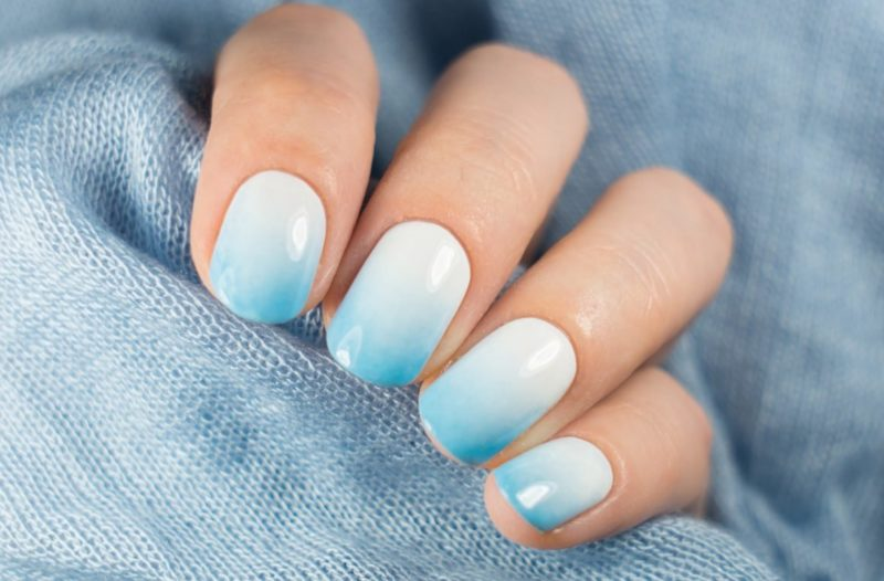 Gevoelige blauwe ombre-manicure