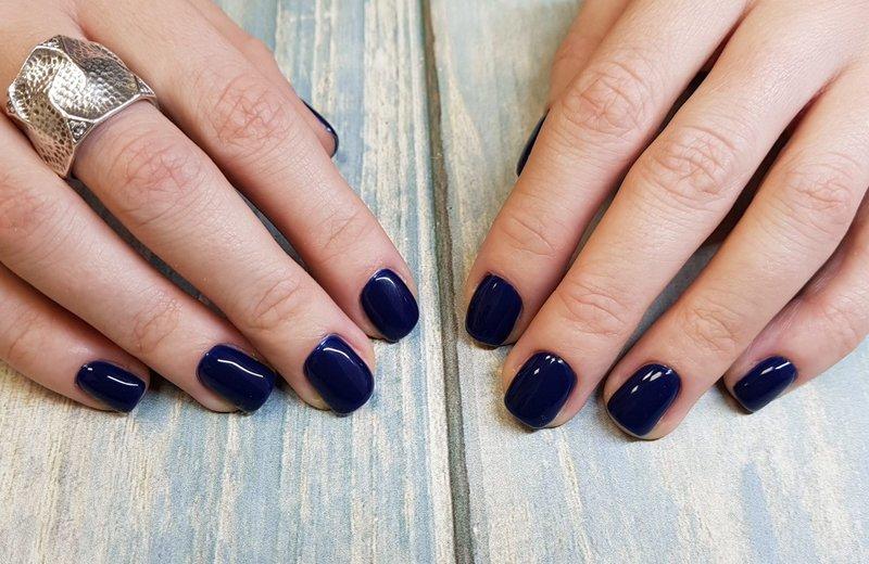 Donkerblauwe manicure