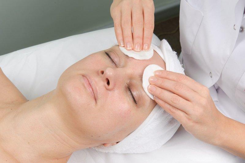 Toepassing van pre-peeling lotion voor het ontvetten van de huid