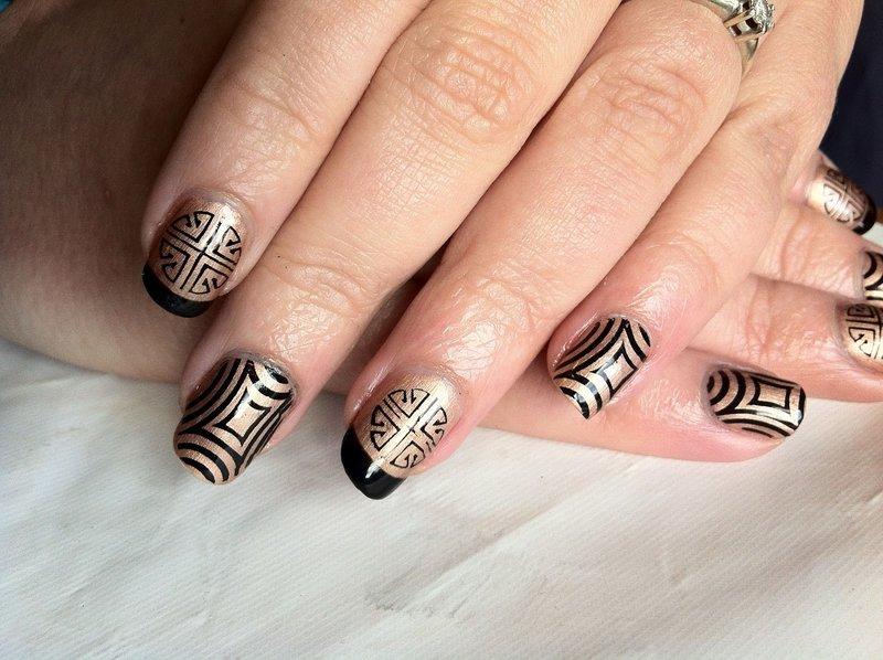 Gouden manicure met abstractie.
