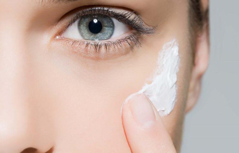 Het toepassen van vochtinbrengende crème