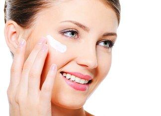 Radevit-crème op het gezicht aanbrengen