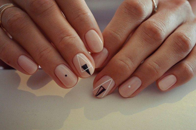 Nagel manicure met driehoeken.