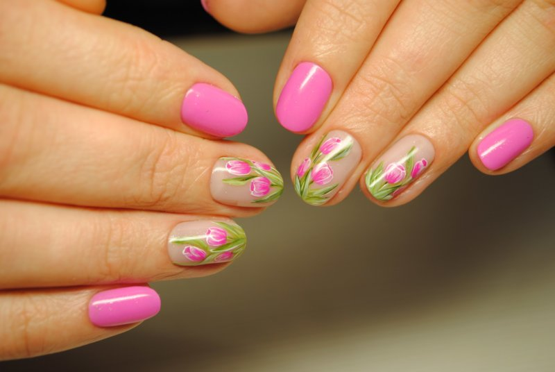 Heldere manicure met bloemen