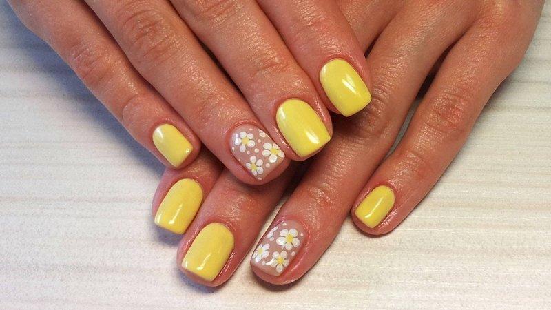 Gele manicure met bloemen