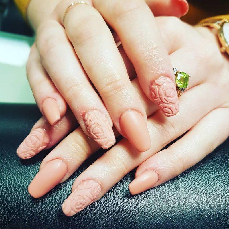 Beige manicure op lange nagels