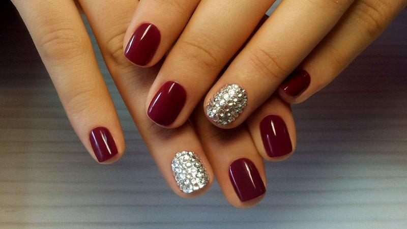 Bourgondische manicure met strass steentjes