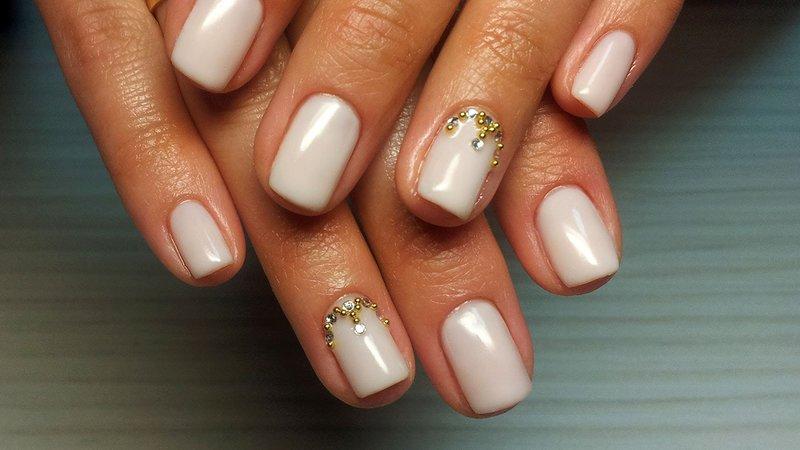 Gevoelige manicure met strass en bouillons