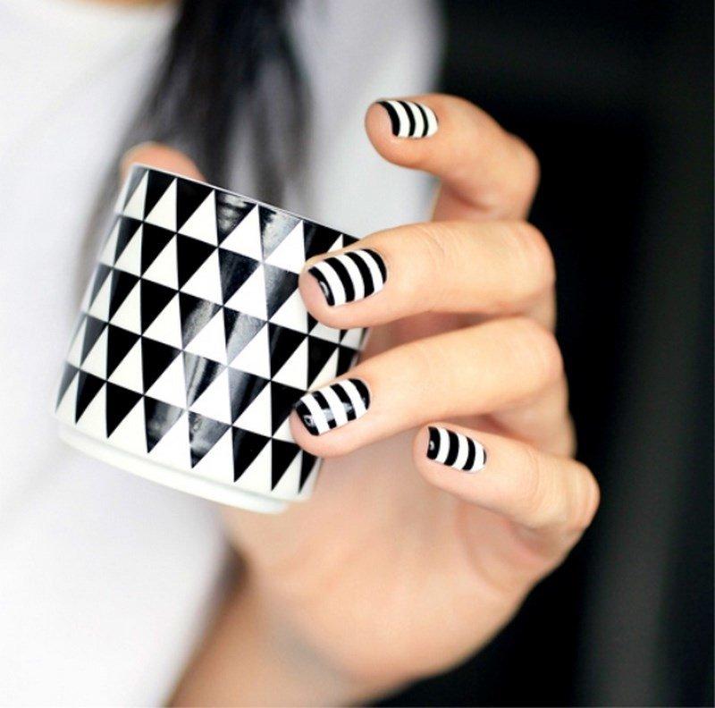 Zwart en wit gestreept nagelontwerp