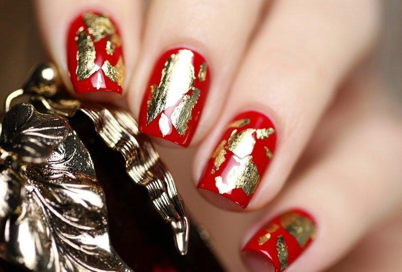 Rode manicure met bladgoud