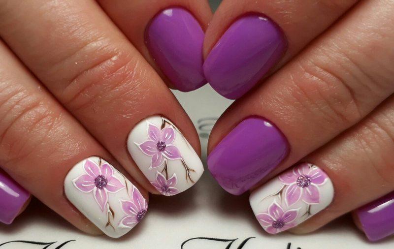Paarse bloem manicure