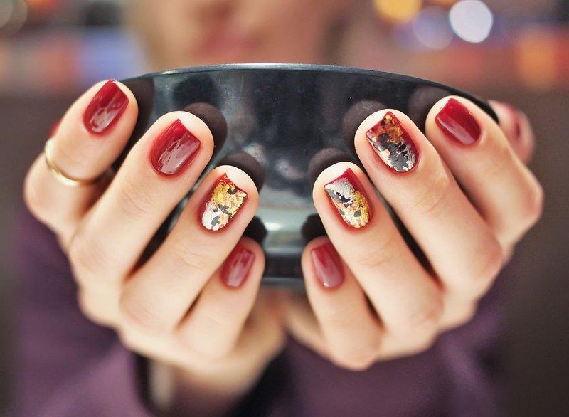 Rode manicure met folie