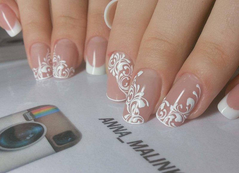 Zachte manicure met een wit patroon.