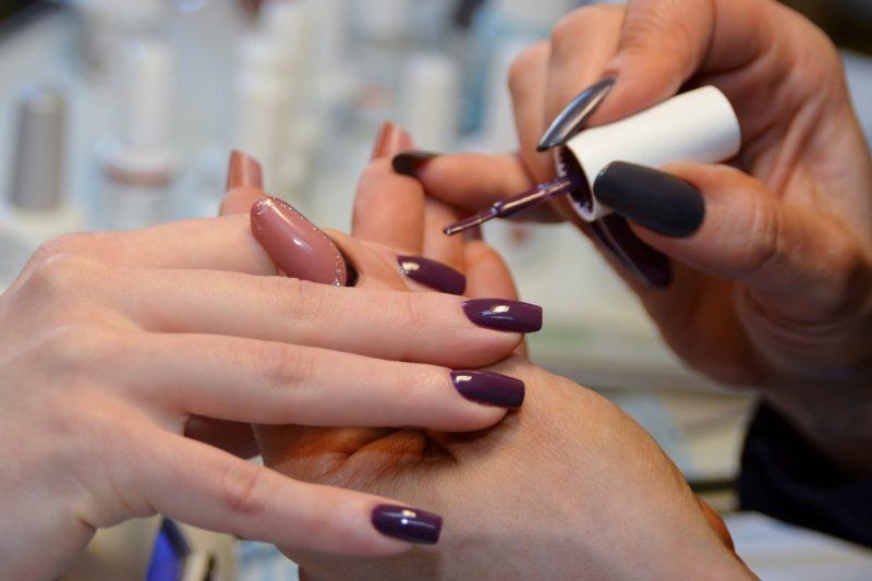 Schellak aanbrengen op nagels