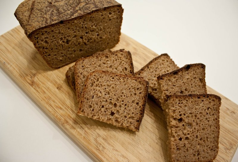 De voordelen van zwart brood voor haar