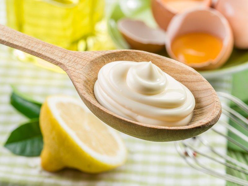 Een lepel zelfgemaakte mayonaise
