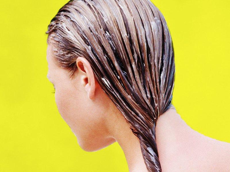 Gelatinemasker met balsem op het haar