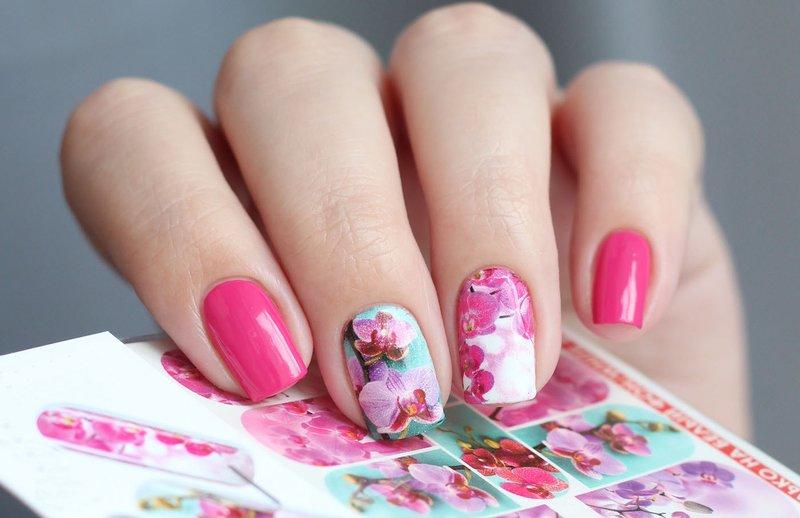 Kleurrijke manicure met bloemenstickers.