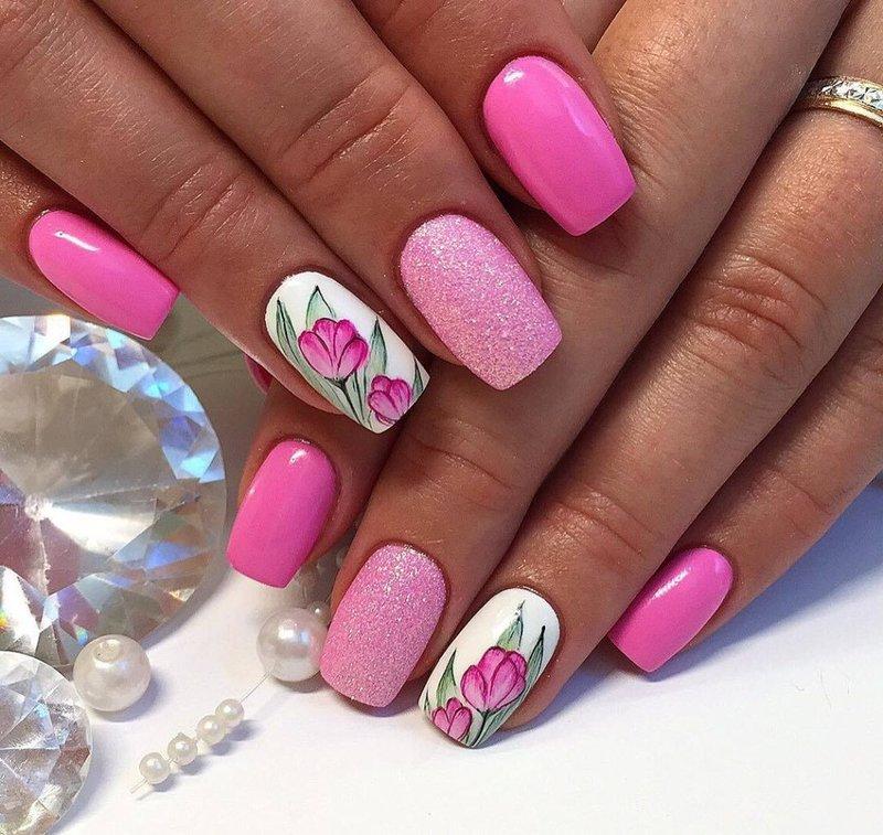 Heldere manicure met schellak bloemenprint