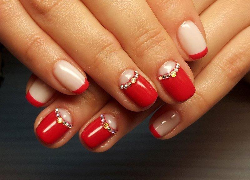 Rode manicure met gaten en strass steentjes