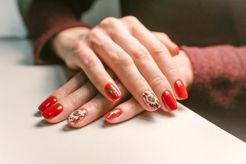 Nagelontwerp met schellak in rode kleuren