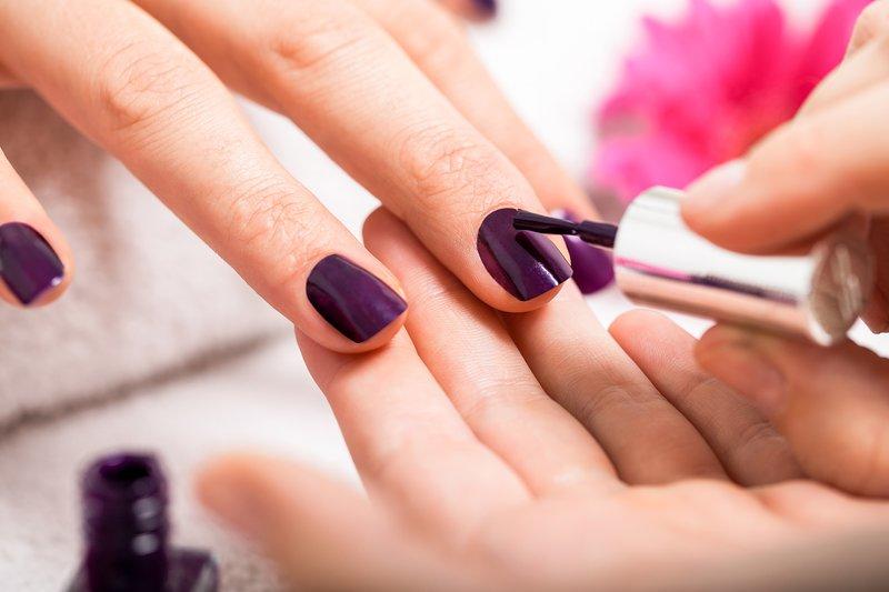 Manicure met violet gellak