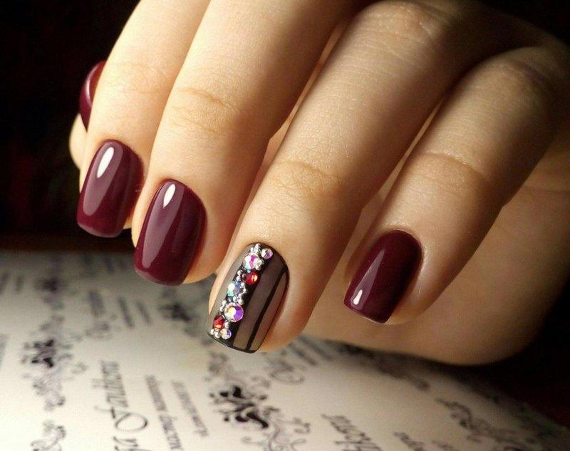 Manicure met schellak en strass op de ringvinger