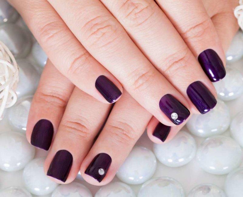 Manicure met schellak en steen in violette tinten
