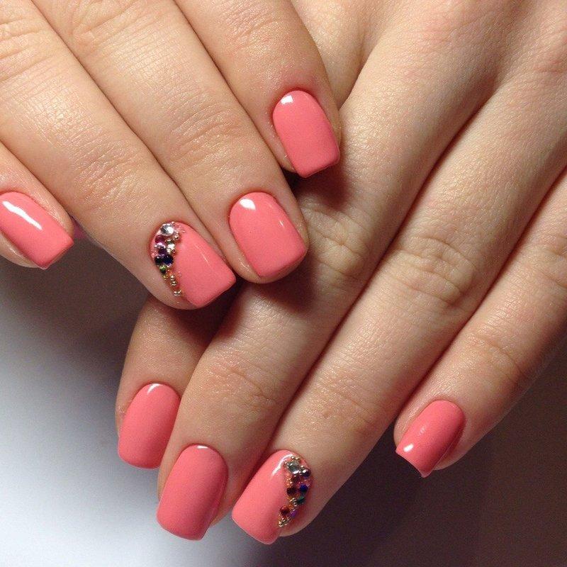 Manicure met schellak en strass in naakttinten