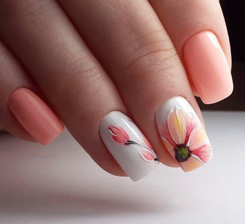 Shellac-manicure met bloemmotieven.