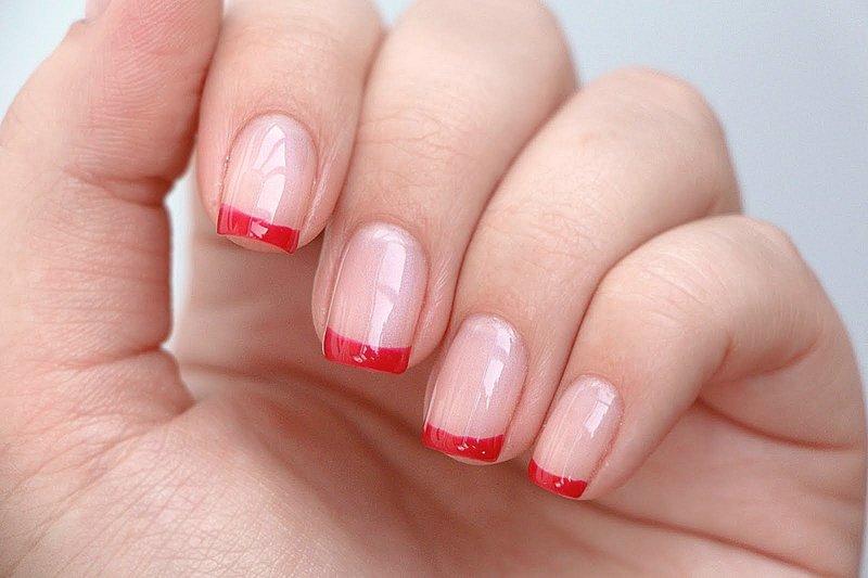 Naakte manicure met een rode jas