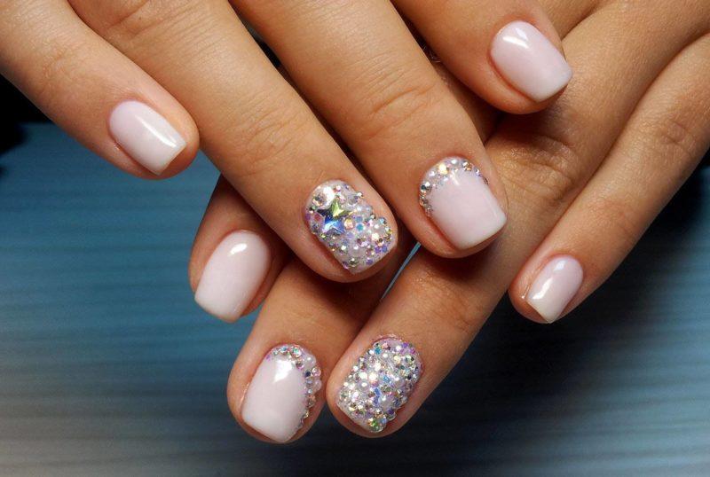 Lichtroze manicure met strass steentjes