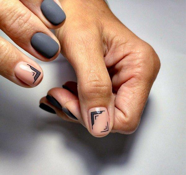 Matte manicure met een combinatie van geometrische patronen en glitter