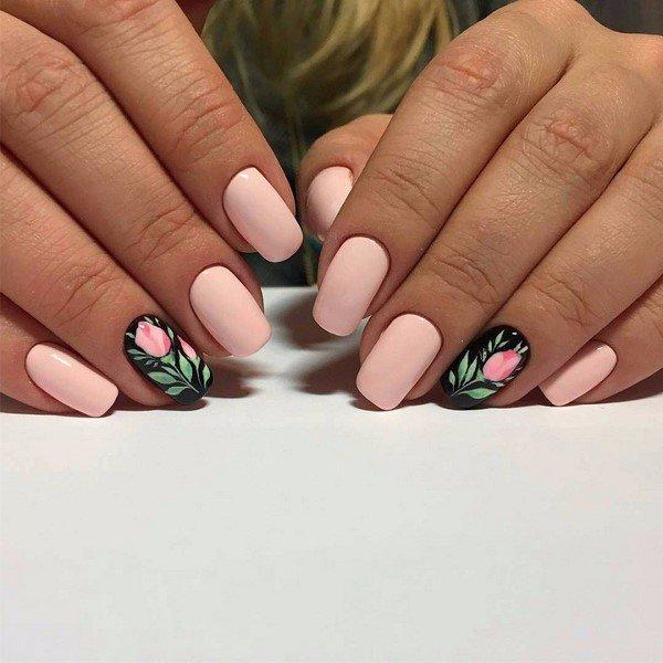 Manicure naakt met bloemen op een zwarte basis.