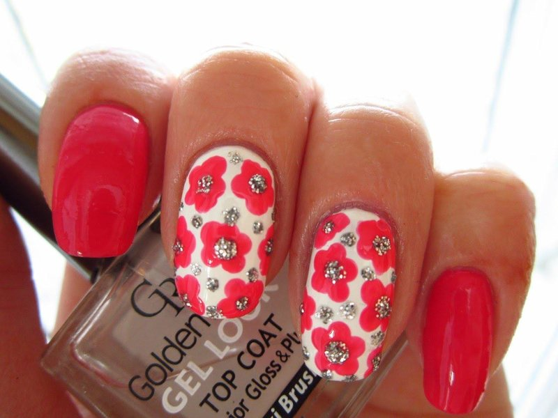 Manicure met heldere kleuren.